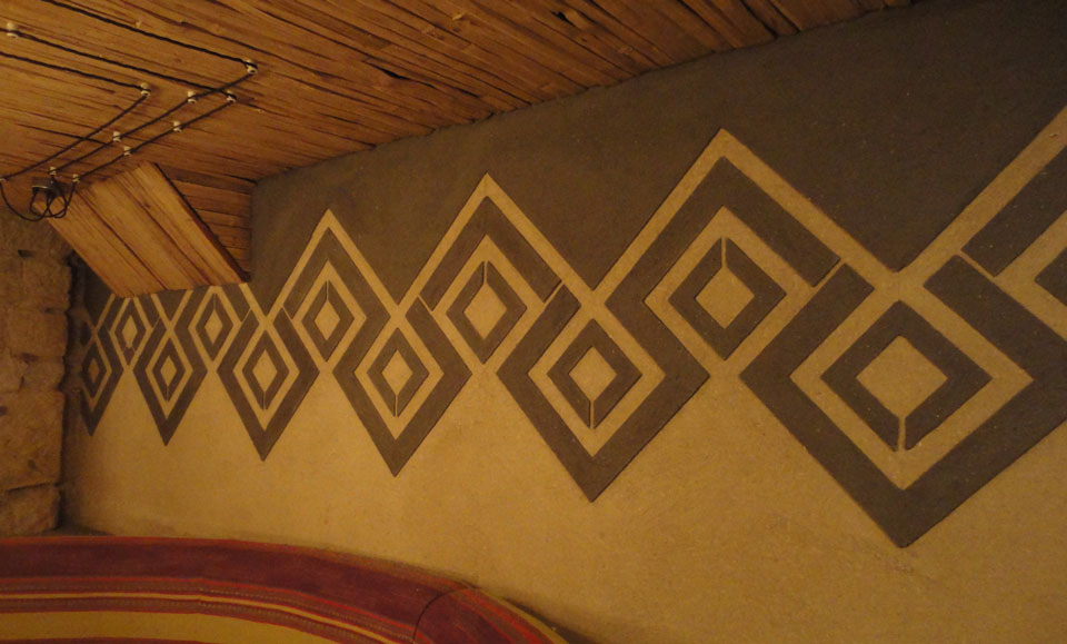 Anaglyptic two tone clay textured wall, Nando's restaurant in Glasgow