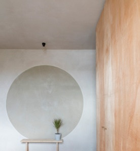 Clay_walls_and_ceilings_by_Guy_Valentine_at_Simon_Astridge's_Clay_House_Best_Interior_Design_Award_photo_by_Nicholas_Worley2
